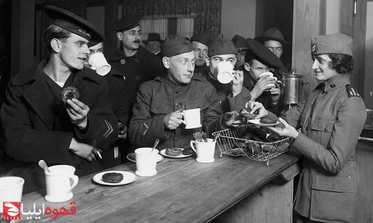 سربازان جنگ جهانی در حال خوردن قهوه
