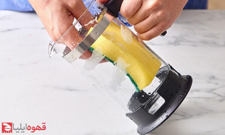 تمیز کردن فرنچ پرس مرحله چهارم