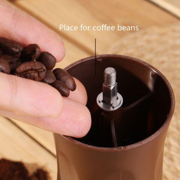 ریختن قهوه در آسیاب قهوه