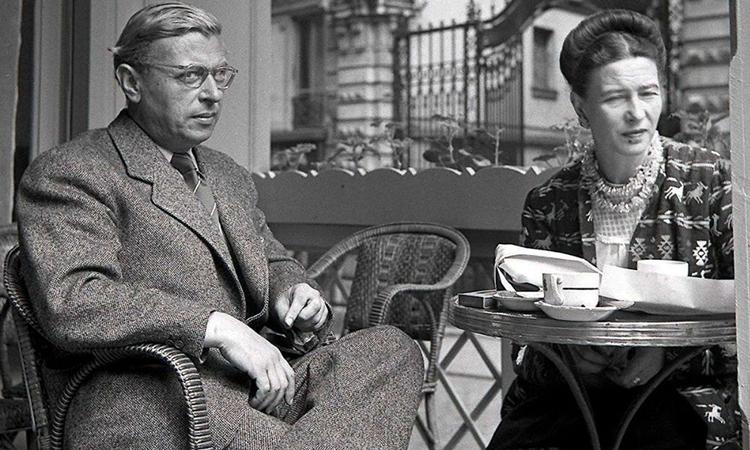 ژان پل سارتر و سیمین دوبوآر در کافه ای در پاریس